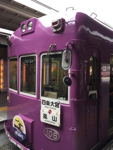 可愛的嵐電列車,外型像香港的電車變成單層,顏色也鮮豔很多