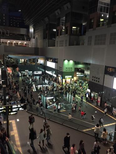 京都JR站在傍晚下班時間是繁忙到極點。月台上總是有很長的隊伍,像是金鐘站一樣不知道要多等幾多班車才能擠上去